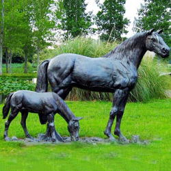 الحصان البرونزي مار مع تماثيل العظمي تمثال الحصان الكبير و نحت الحصان الصغير على الحديقة