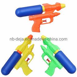 Pistola de agua de plástico Clásico de verano jugando en la playa el agua de regalo para niños