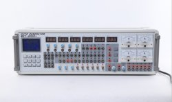 Профессиональный специалист во время ремонта ЭБУ автомобиля и программирование ключей автомобиля средство моделирования сигнала датчика (MST-9000)