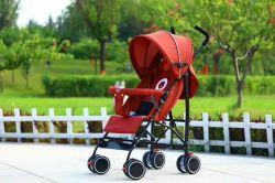 질 최상급 아기 여행 시스템은 유모차를 앉고 서 있다
