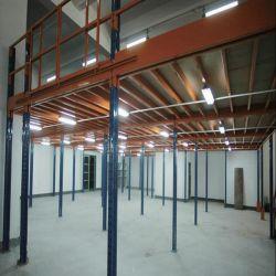 La mezzanine de l'entrepôt pour les marchandises avec chariot élévateur à fourche Picking/rayonnages mobiles
