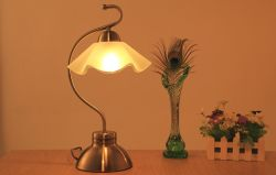 Noten-Tisch-Lampe mit Glaslampenschirm-und Bronzen-Ende-Standplatz