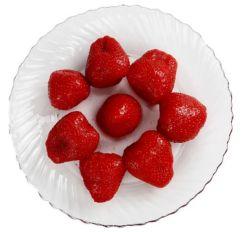 In Büchsen konservierte Erdbeere im hellen Sirup
