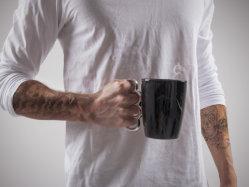 誕生日プレゼントの磁器のコーヒー・マグのための熱い販売法のブラスナックルのコップの/Ceramicのコーヒー・マグ