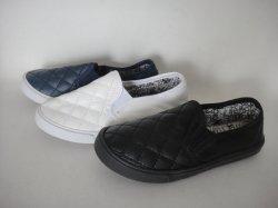 Il pattino casuale dei nuovi ultimi capretti calza i pattini del banco