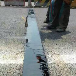 El asfalto de llenar la construcción de puente de dilatación