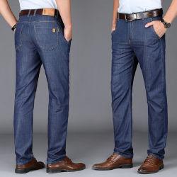 ビジネスカジュアルの長ズボンの人「sのまっすぐなジーンズ