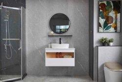Cuarto de baño de cerámica con cuenca y los conjuntos de espejos