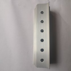 別のカラーによって陽極酸化される予備品が付いている中国のカスタムアルミニウム脱熱器
