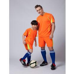 Il nuovo disegno personalizzato di modo mette in mostra l'uniforme di calcio