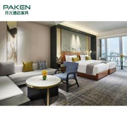 一流のホテルの寝室の家具は2台のベッドとセットした