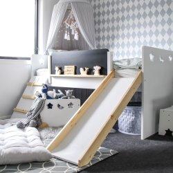 غرفة نوم بتصميم جديد تضم سرير الأطفال الصغار وسريراً توأماً العب شقة علوية صغيرة منخفضة