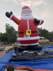 Riese, der aufblasbaren Mann des Weihnachtenled Sankt bekanntmacht