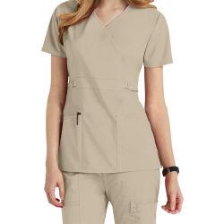 Medico alla moda frega le uniformi dell'ospedale dell'infermiera per l'ospedale