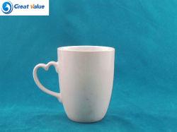 Uma grade personalizada de porcelana chávena de café com o manípulo de forma cardíaca