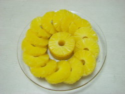 Les ananas en conserve de fruits dans un sirop léger 2950g