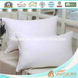 Hôtel Le linge de lit oreiller insère l'oreiller en plumes doux vers le bas