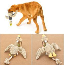 Собака Пэт играть стаей пищащих мягкие игрушки