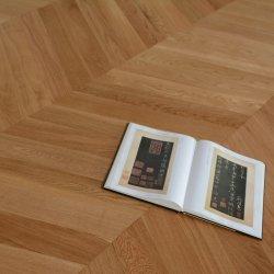 Barato preço de venda direta de fábrica Cor Amarelo Escuro Superfície escovado Padrão Chevron Carvalho Russo Engineered Wood Flooring