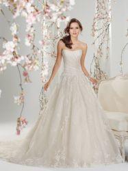 贅沢な結婚式の夜会服の肩の花嫁の服のレースの結婚披露宴のガウン