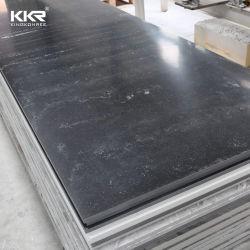 El hombre negro de piedra de una superficie sólida de losas de mármol Artificial