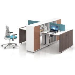Современное 4 человек на компьютер в офисе рабочей станции управления Раздел администратора раздел экранов