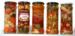 Verdure miste in scatola in vaso di vetro o in stagno