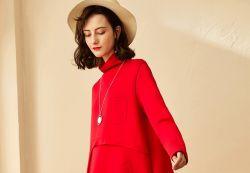 형식 가장 새로운 여자는 오래 빨간 파티복을 옷을 입는다