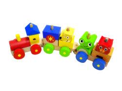 3명의 어린이를 위한 캐리지를 갖춘 나무 블록 기차 완구입니다