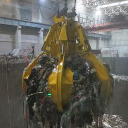 La cáscara de naranja electrohidráulica Grab Fro basura cargando