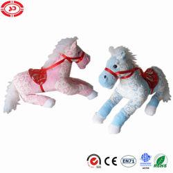 Het Paard van de Pluche van de douane met de Jonge geitjes die van Ce van de Gift van het Zadel Stuk speelgoed zitten