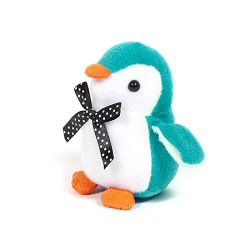 柔らかく現実的なペンギンは販売のための愛らしい空色のペンギンをもてあそぶ