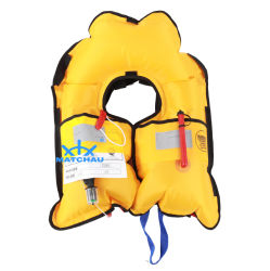 Adulte et enfant à utiliser un gilet de sauvetage gonflable