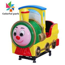 De kleurrijke In werking gestelde Kinderen die van de Trein van de Schommeling van de Jonge geitjes van het Park Binnen Mini Elektrische Muntstuk het Spel van de Arcade voor de Machine van de Verkoop drijven