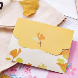 Sobre una pieza bonita flor fresca sobre la letra preciosa carta de amor sobre los dibujos animados