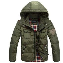 軍隊のグリーンマンの冬の暖かいジャケットのコート