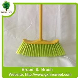 クリーニングは木のほうきのハンドルが付いているほうきのプラスチックほうきに用具を使う