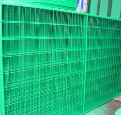Grüne Farbe, die Plastikpuder-Beschichtung eintaucht