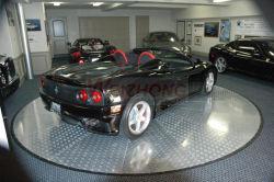Поворотная платформа автомобиля в гараже или в дороге
