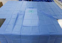 La mano chirurgica sterile a gettare dei rifornimenti medici dell'ospedale copre i kit del pacchetto