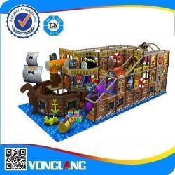 En el interior de madera de barco de juegos para niños