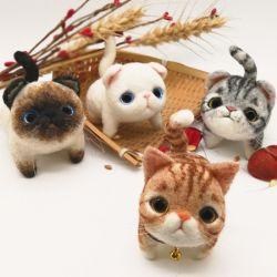 ハンドメイドの多彩でかわいい動物のフェルトのおもちゃ