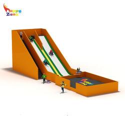 Último elemento de estímulo Hot Donut volar diapositiva con la construcción de la bolsa de aire interior en el centro del Parque Parque trampolín y patios de recreo