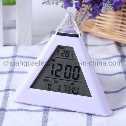 Triangle en forme de pyramide de promotion de l'alarme avec 7 changement de couleur de l'horloge