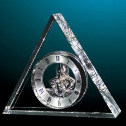 銀は工場からの水晶の三角形の置時計を渡す