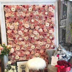 結婚式の装飾のための卸し売り人工花の壁の結婚式の絹の花の背景幕の実質の接触乳液の絹のローズのカスタマイズされた装飾的な花