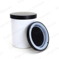 Suporte para velas de vidro branco vazia com a tampa de metal preta