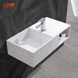 목욕탕 세척은 물동이 수건 선반을%s 가진 단단한 지상 세면기를 벽 걸었다