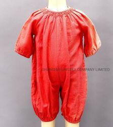 赤ん坊によって編まれるジャンプスーツの這う衣服