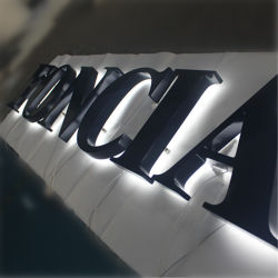 Название компании LED Подсветка и светодиодной подсветкой слова признаки